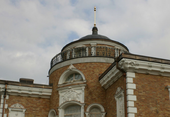 облицовка фасада розовой известняковой плиткой